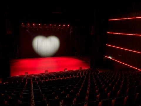 STENGT: Kulturhus i hele Norge har vært med på . kampanjen med hjertet på den tomme scenen.
