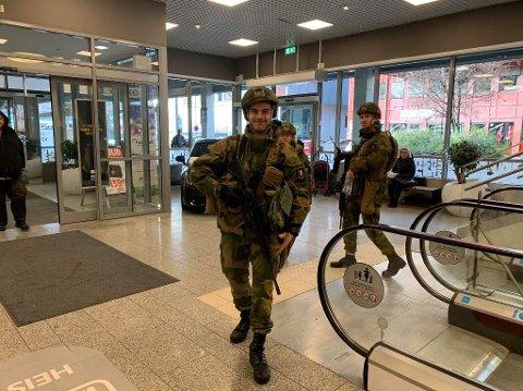 Dette blir et vanligere bilde, uniformerte soldater på øvelse i bynære strøk – som på Stortorvet i Kongsberg. Dette er fra en øvelse med Krigsskolen høsten 2019.