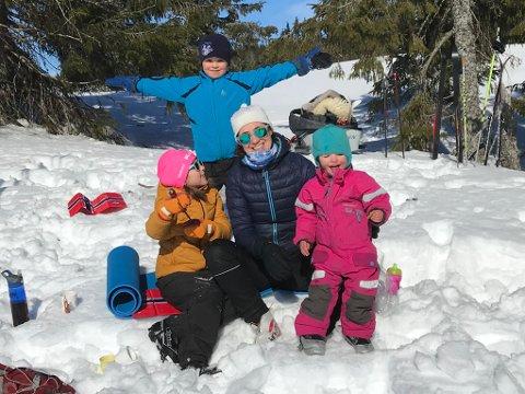 TURGLEDE: Familien til Kaja Nyquist var på tur til Nordseter forrige helg også og er takknemlig for at de får leie en hytte i området i påsken. Edla (7) i gul jakke, Gustav (5) bak, og Klara (snart 2) i rosa dress. Kaja i midten. Fotograf er samboer Karsten Vatn.