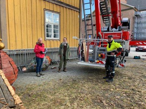 SAMARBEID: Kulturskolens ansatte fikk hjelp fra brannvesenet. Fra venstre: Ingjerd Mandt, Margrethe Loe Elde og Rune Kvalvik.
