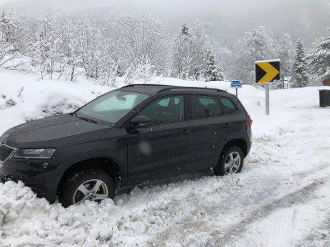 I GRØFTA: En bil havnet i grøfta i Djupdal.