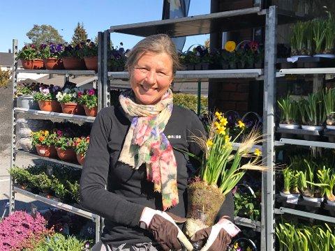 Irene L. Hansen hos Steglet blomster opplever en jevn strøm av kunder i påsken.