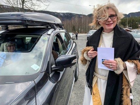 NY GUDSTJENESTE: Nina Kirkerød forkynte Guds ord utenfor Efteløt kirke i påsken. Søndag gjør hun det i Hvittingfoss.