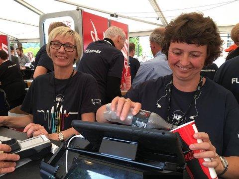 Nancy Jensen (t.v.) og Kjersti Søli jobbet i ølteltet på Kirketorget under jazzfestivalen i fjor. For dugnaden fikk korpset de er med i rundt 40.000 kroner.