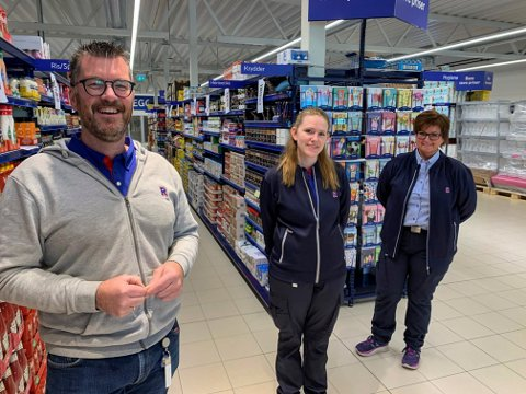 ANSATTE: Det skal jobbe 14 personer ved den nye Rema-butikken. Kine Bjørndal (i midten) og Anne Lise Bjørkesett er allerede i gang. Til venstre kjøpmann Alexander, eller Sander, Adriaanse.