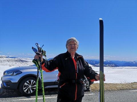 Dagrunn Hansen har i mange år hatt campingvogna si på Bøen camping i Tuddal. I dag fikk hun oppleve våre-eventyret med biltur over Råen.