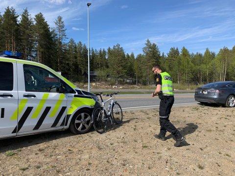 Ulykke:  Politi og ambulanse rykket ut etter melding om et sammenstøt mellom en bil og en syklist, i rundkjøringen nedenfor gamle Aas kafeteria.