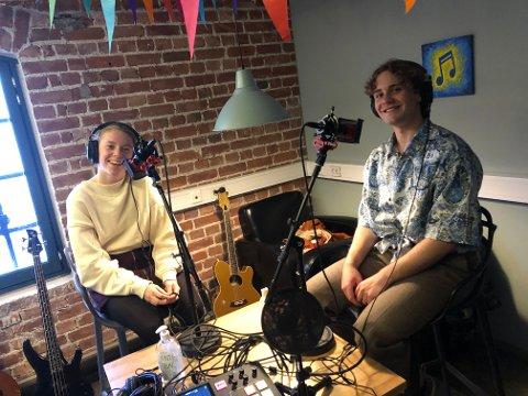 """Kine Moen-Saga og Alexander Dokken er gjester i episodene: """"Koronatid og hjemmeskole"""" og """"tilbake til skolen"""" på podcasten Bakrommet."""