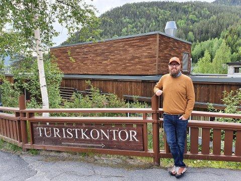 TURISTKONTORET: På Rødberg er turistkontoret åpent fra skoleferien starter og ut hele sommersesongen.  Turistsjef Thomas Endresen håper på ekstra trøkk av ferierende nordmenn i år.