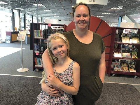 GLAD I Å LESE: Sara Dørmenen Tørrisplass (8) er med på Sommerles. Derfor var hun tirsdag innom biblioteket sammen med mamma Marina D. Andreassen for å låne bøker.