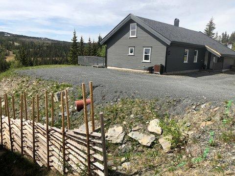 Hågåslettvegen 58. Hytteeieren Erling Andre Lund har laget seg parkeringsplass og vil ha bod her på sikt. Kommunen ber ham fjerne fyllinga.