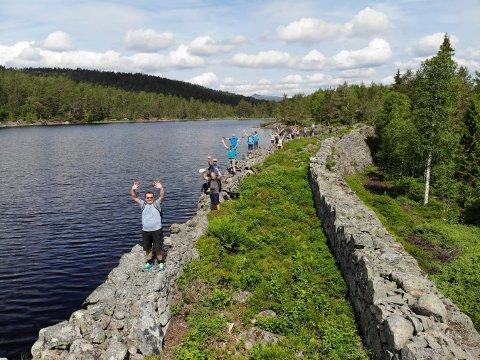 ENGASJEMENT: Planene om å tørrlegge Sleikebekkdammen har ført til protester. Nylig stilte 70 personer opp og slo ring om dammen.