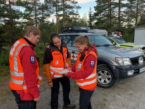 LETEAKSJON: Mannskaper fra Røde Kors hjelpekorps har vært ute hele natt til torsdag. Fra venstre: Ole Anders Foss Reistad fra Sigdal, Andrea Svendsen fra Modum og Tarand Krogvold fra Kongsberg.