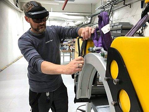 Aleksander Lilleby er en av dem som bruker AR-briller i Semcon Norge.