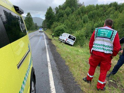 En pasienttransport kjørte i grøfta på Komnes mandag ettermiddag. Ingen personer skal ha fått skader under utforkjøringen. Foto: Jan Storfossen