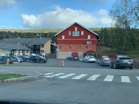 POPULÆR: Det har blitt populært å lade elbilen på Lampeland. Nå vil Tesla ha flere ladepunkter her. Bildet ble tatt i 2019.