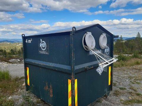 SØPPEL: Nok en gang er det kastet søppel som ikke hører hjemme i en container.
