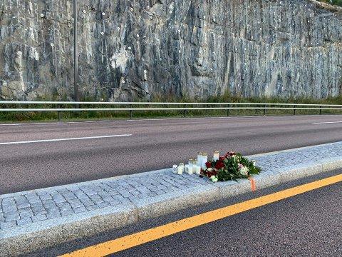 Sørget: Tirsdag kveld ble det lagt ned blomster og tent lys ved ulykkesstedet.