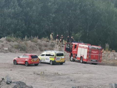 BRANN I HØYSPENTLEDNING: Nødetatene i Kongsberg rykket mandag kveld ut til brann i høyspentledning på Kongsgårdsmoen. Foto: Taran Helen Melquist