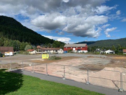 ANLEGGSPLASS: Tidligere lå det en fotballbane her. Nå er tomta helt ryddet for vegetasjon.