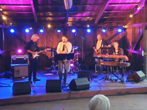 GOD STEMNING: Fullt hus lørdag kveld da The Mule Company holdt konsert ute på Christians kjeller.