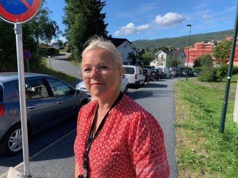 OBS: Mette Ekberg ber folk om å være påpasselig med hvor de parkerer rundt sykehuset. Nye skilt skaper forvirring.