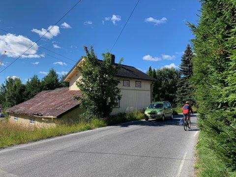 EIENDOM: Eikerveien 2 ligger svært sentralt til i Kongsberg. Hva som skjer på tomta og veien som går tett inntil huset, er ikke bestemt.