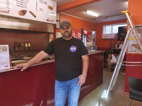 GLEDER SEG: Fredag åpner Michel Lak nytt gatekjøkken i de gamle lokalene til Sydney kebab. Han har mye å gjøre før åpningsdagen og er spent på om Kongsbergfolket vil like tyrkisk- og libanesisk gatemat. Foto: Katrine Alexandra Leirmo Heiberg