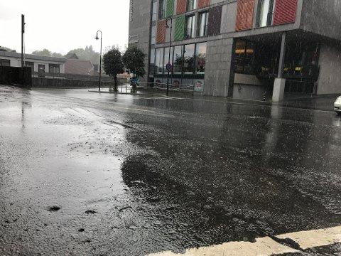 REGN: I forrige uke kom regnværet muligens litt brått på for enkelte, i alle fall for fotografen av dette bildet.