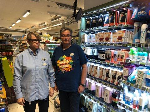FORBANNET: Assisterende butikksjef Marit Solheim (t.v.) og butikksjef Rigmor Olsen ved hyllene hvor det ble stjålet mange varer onsdag.