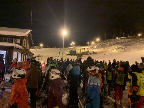 KØ: Når stolheisen er stengt blir det lange køer for å ta T-kroken. Dette bildet er fra onsdag kveld.