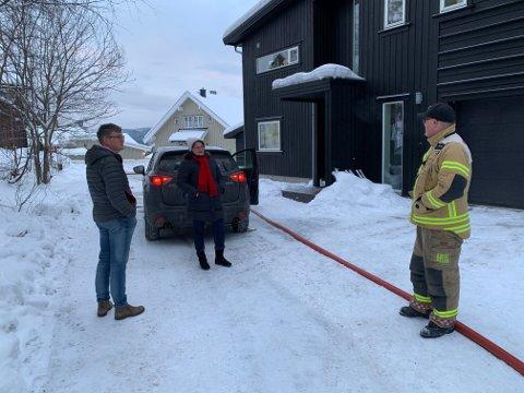 HYLLES AV NABOENE: Naboene Tim og Olga Crome er svært takknemlige for jobben brannvesenet gjorde søndag kveld.