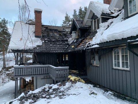 STORE SKADER: Boligen på Madsebakken fikk store skader i brannen. Et eldre ektepar ble husløse.