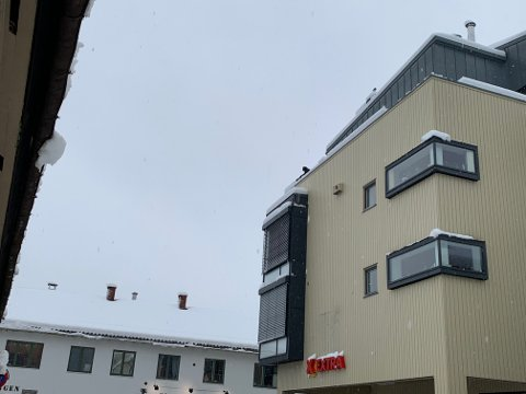 SE OPP: Det er mye snø på byens tak, og her blir snøen fjernet på Coop-bygget på Vestsida.