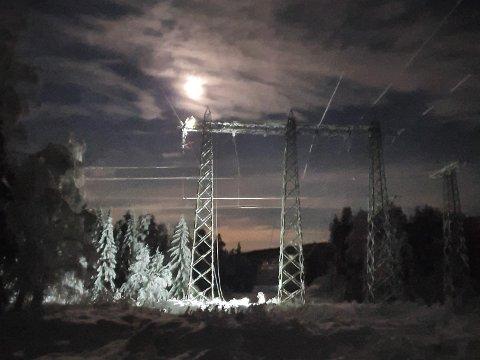 REPARERT: Glitre Energi har ekstra mannskaper klare før uværet som kommer. Dette er et bilde av høyspentlinjen som forsyner Rollag med strøm.