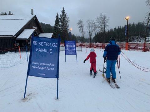 AVSTAND: Skisenteret i Kongsberg holder åpent, men har redusert kapasitet som følge av pandemien.