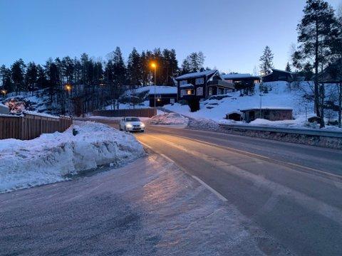 IKKE TRYGT: Det er ikke trygt å gå langs nedre del av Lurdalsveien. Her er det tidvis stor trafikk og høy fart.