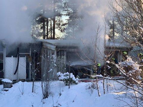 BRANN: Garasjeanlegget i Gudes gate stod i full fyr tirsdag formiddag. Det var garasjeeieren selv som oppdaget og meldte fra om brannen.