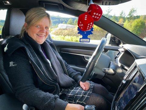 I BILEN: Lise S. Rustand har ingenting imot å bruke opp mot en time i bil hver dag. Her har hun satset på komfort - og stilig interiør.