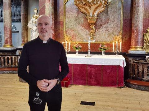 PREST: Reidar Aasbø, sogneprest i Kongsberg, forbereder gudstjeneste i Kongsberg kirke.