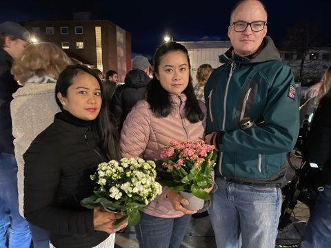 STØTTE: Hatairut Intrapong, Thira Gustavson og Cato Gustavson kom med blomster og lys.
