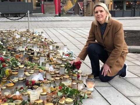 VISTE RESPEKT: Leder i Frp, Sylvi Listhaug, la ned blomster på minneplassen ved fellesbrukskrysset mandag kveld.