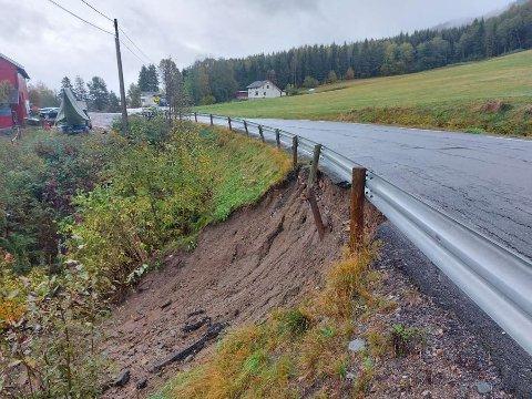 STORT RAS: Statens vegvesen opplyser om at Fylkesvei 2760 mellom Efteløt kirke og Hvittingfoss, ikke blir åpnet i dag, søndag. Det er på grunn av et større jordras.  Foto: Stian Ramberg