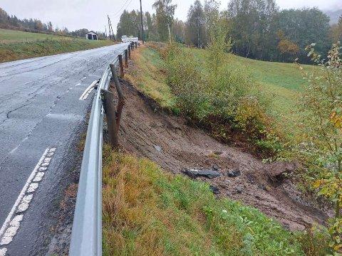 Store skader: Søndag gikk det et jordras her, på Vestsideveien. Arbeidet med å fikse veien er i gang, men det er en stor jobb.