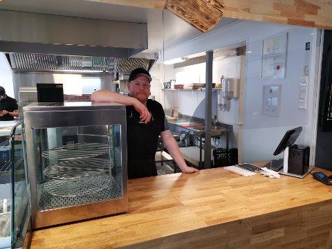 FORNØYD: William Schneider (36) åpnet nye Jeppes pizza-restaurant torsdag. Allerede etter en halvtime hadde han solgt 15 pizzaer. Foto: Katrine Alexandra Leirmo Heiberg