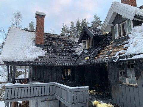 STORE SKADER: Boligen fikk store skader etter brannen, som startet på utsiden av huset.