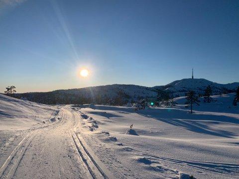 KNUTEN: Det er fortsatt skiføre på Knuten, men kanskje ikke like strålende føre som her, for et par uker siden.