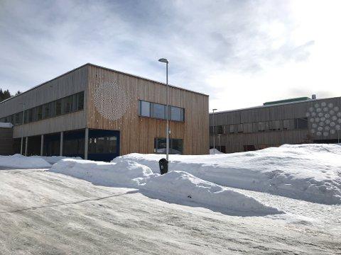 KARANTENE: Mandag sitter det 107 elever og 12 ansatte fra Raumyr skole i koronakarantene.