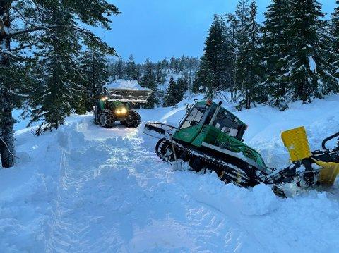 HAVARI: Løypemaskinen havarerte og måtte berges ut med hjelp av traktor. Nå må den ha kostbare reparasjoner.