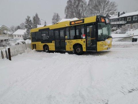 Står fast: En buss har kjørt seg fast i Eikerveien torsdag morgen. Det skal være svært glatt på stedet.